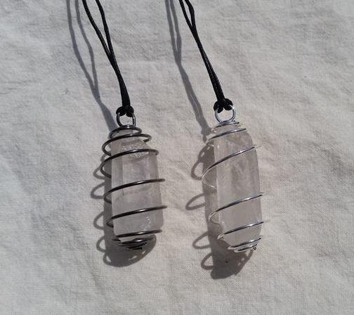 halsband rå bergkristall spets