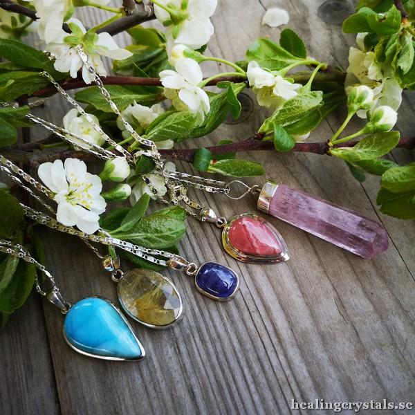 Smycken av stenar och kristaller